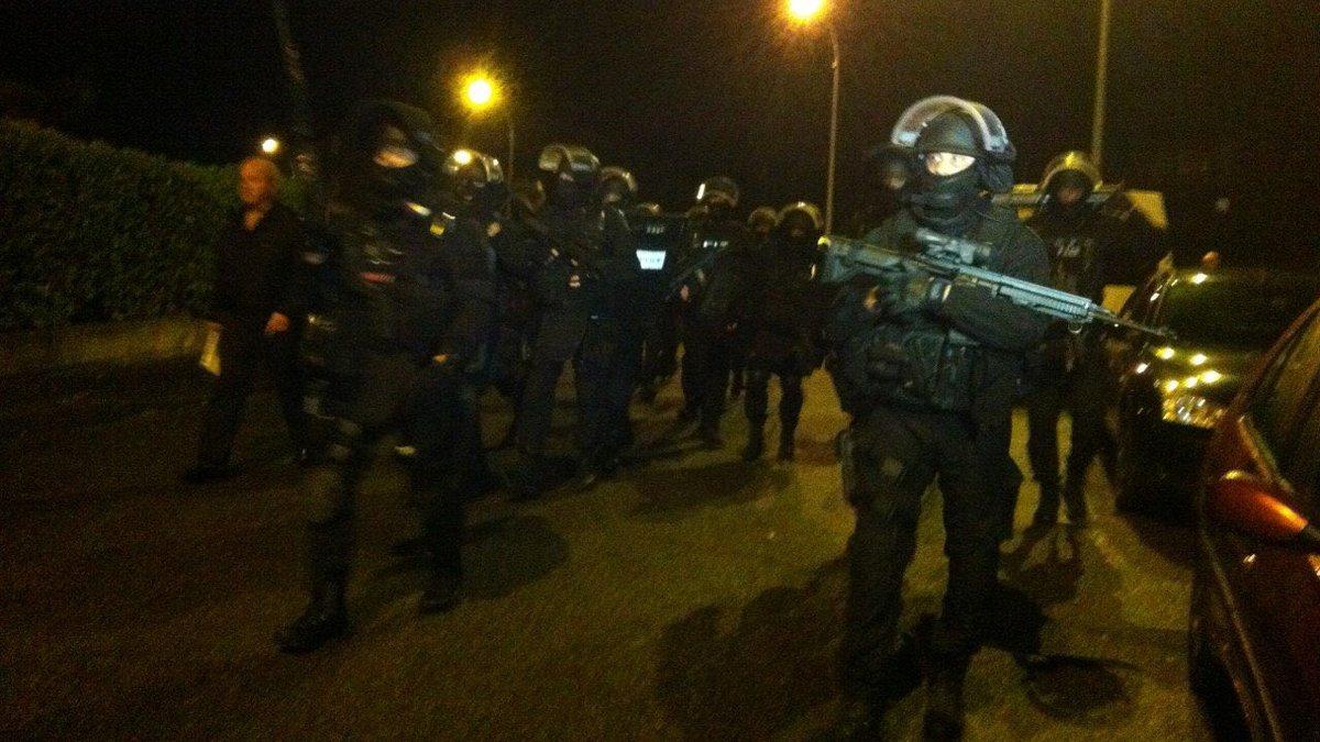 Les hommes du RAID ont pris position dans sa soirée autour du pavillon où la femme et le fils du policier tué de 9 coups de couteau étaient retenus en otages (Photo@CapuPatriote/Twitter)
