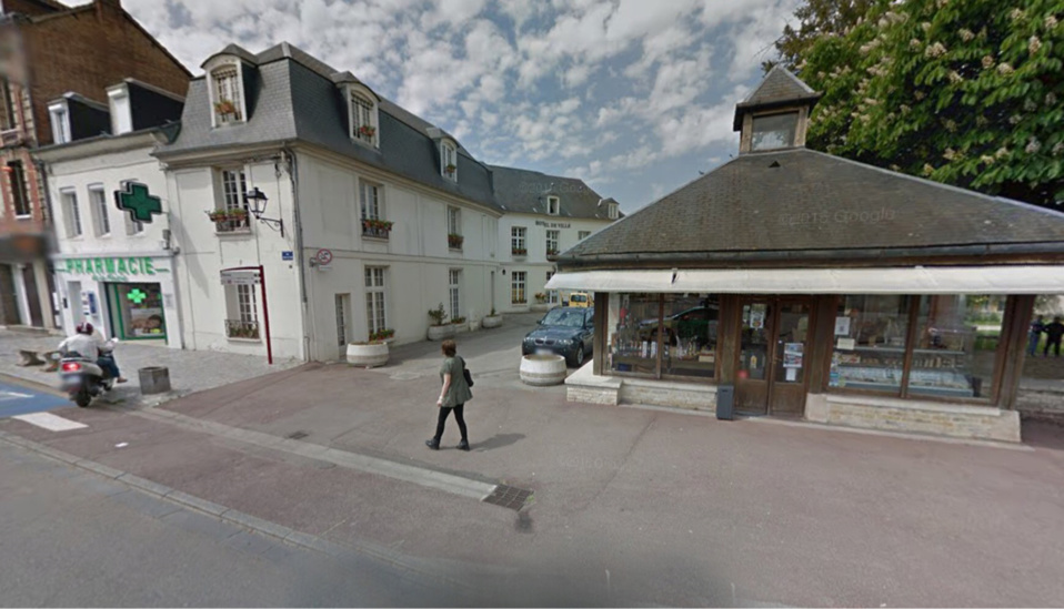 Le pilote du scooter faisait du rodéo sur la place devant l'hôtel de ville de Gaillon (Illustration@Google Maps)
