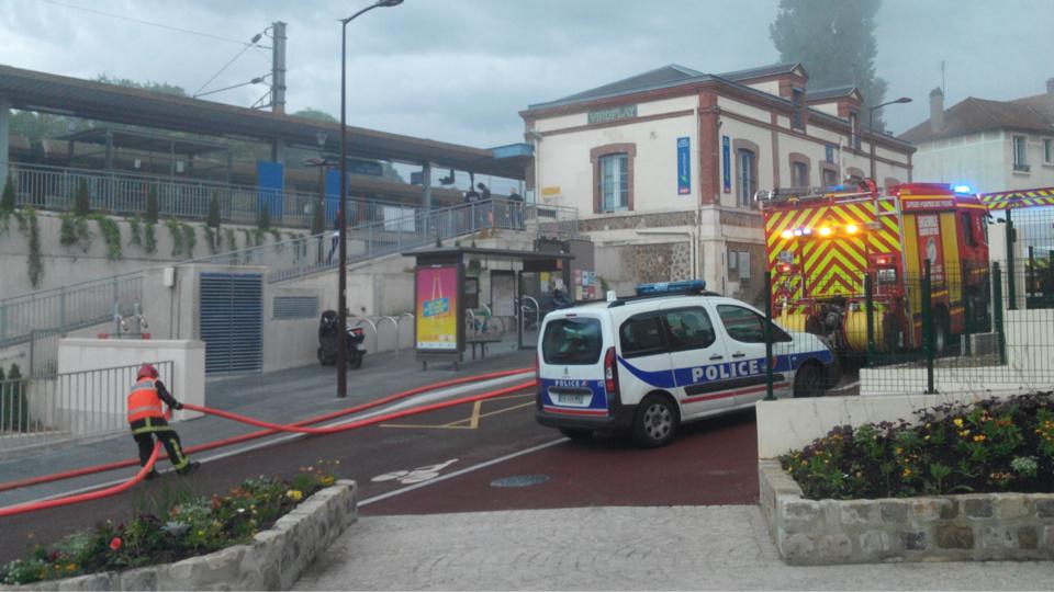 Pompiers et policiers sont intervenus à la gare de Viroflay Rive Droite (Photos@Michel L.)