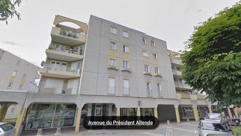 La jeune femme est montée sur le toit de l'immeuble depuis le balcon de son appartement situé au 4ème et dernier étage (illustration@Google Maps)