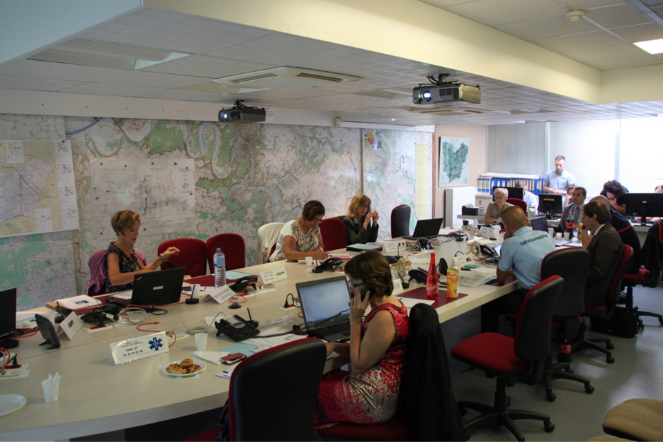 Réunis sous la forme d'un Centre opérationnel départemental (COD) à la préfecture, les services présents (*) ont pu se confronter à l'évacuation de plusieurs écoles de la commune (Photos@Préfecture de l'Eure)