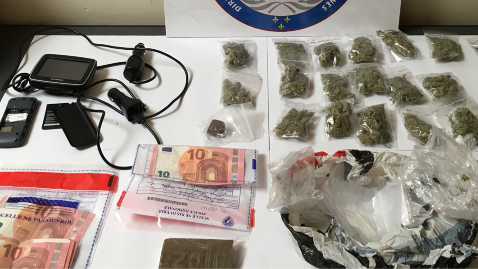 Une forte somme d'argent en espèces, de la drogue et des téléphones portables ont été saisis par les enquêteurs (Photo@DDSP78)