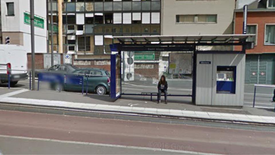 La vitre de 2 m x 1 m de l'abri-bus a été brisée à l'aide d'un pierre (illustration@Google Maps)