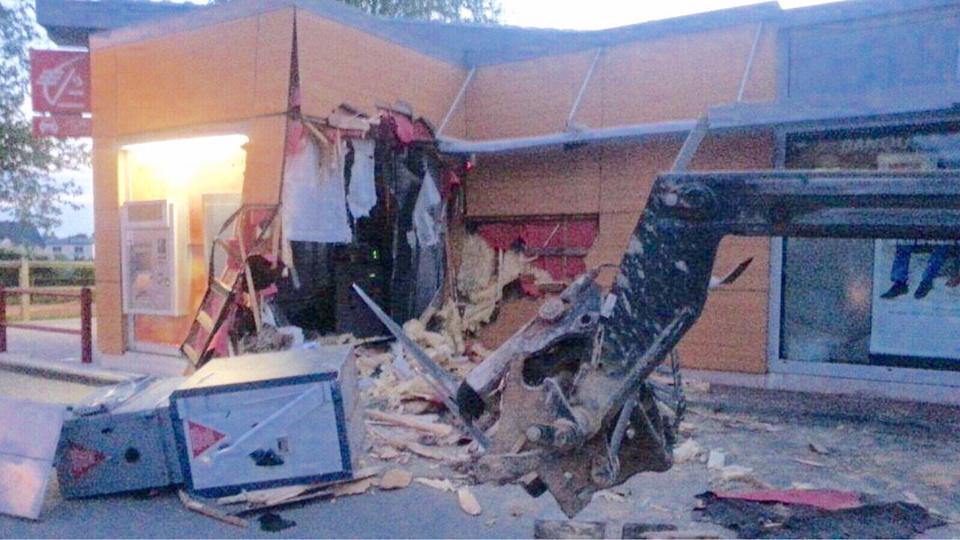 La façade de l'agence bancaire a été défoncée à l'aide d'un engin de chantier (Photo@Gendarmerie)
