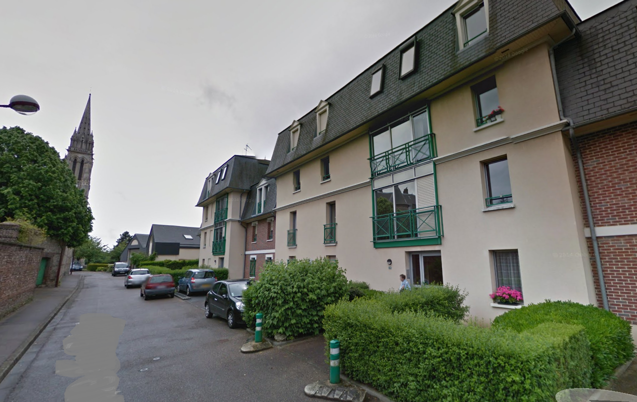 Les deux corps ont été découverts dimanche vers 15h30 dans un appartement de la résidence le Baccara à Bonsecours (Illustration@Google Maps)