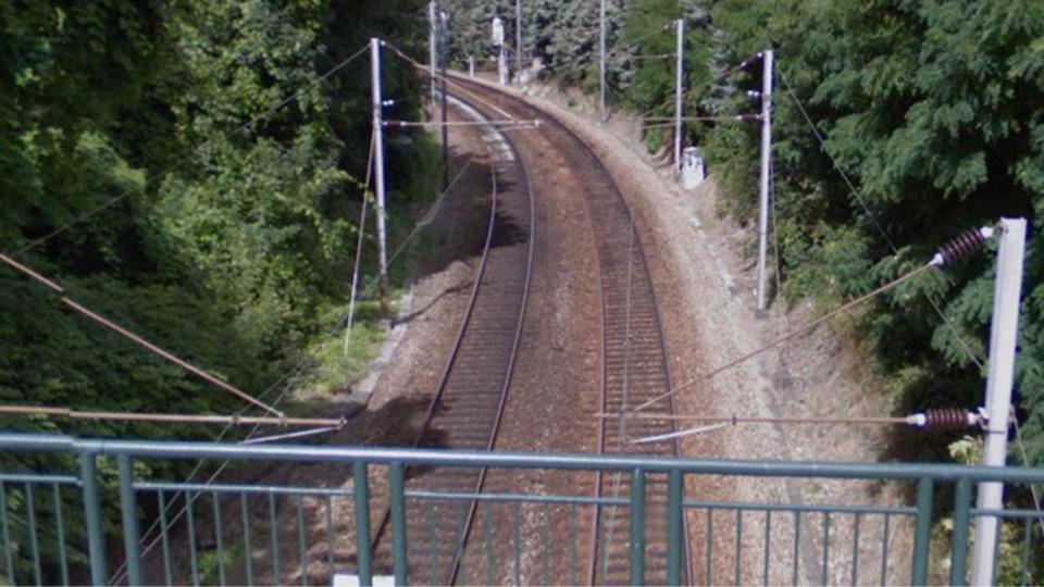 Le jeune homme a été percuté par un train à 200 mètres de la gare (illustration)