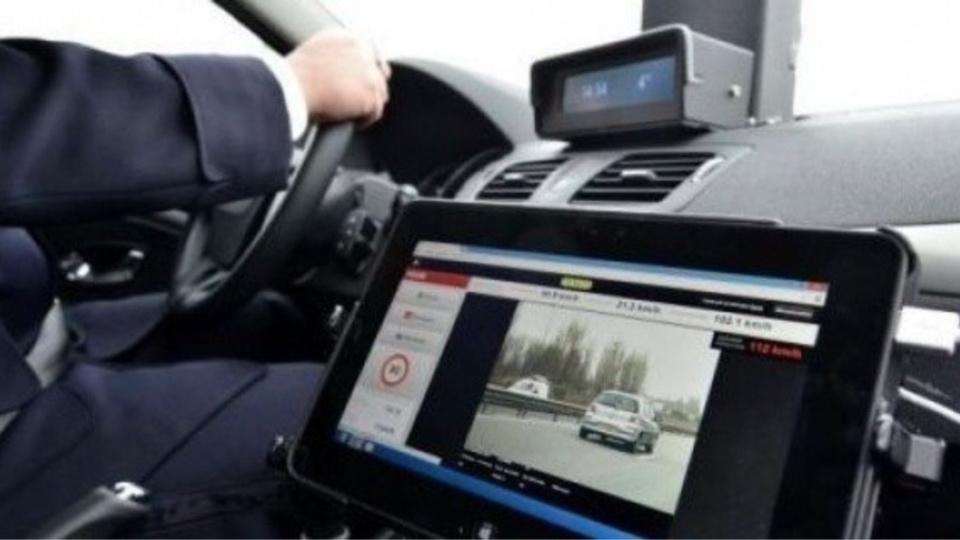 91 excès de vitesse ont été constatés sur l'autoroute A13 ( dans les deux sens) a l'aide de radars embarqués ( illustration)