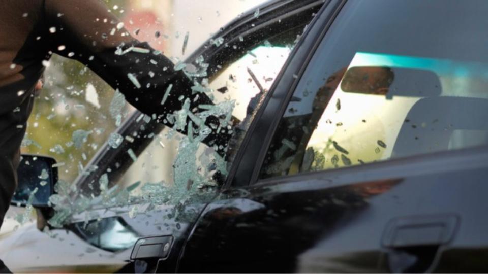 Le voleur a explosé une vitre latérale pour s'introduire dans le véhicule (Illustration)