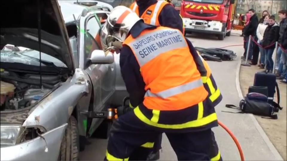 Les pompiers ont fait usage de leur matériel de désincarcération pour extraire la victime de l'habitacle (illustration)