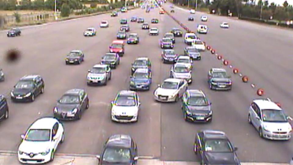 Le trafic était déjà dense vendredi en fin d'après-midi à la barrière de péage de Mantes-Buchelay, sur l'autoroute A13 (Image@Sanef)