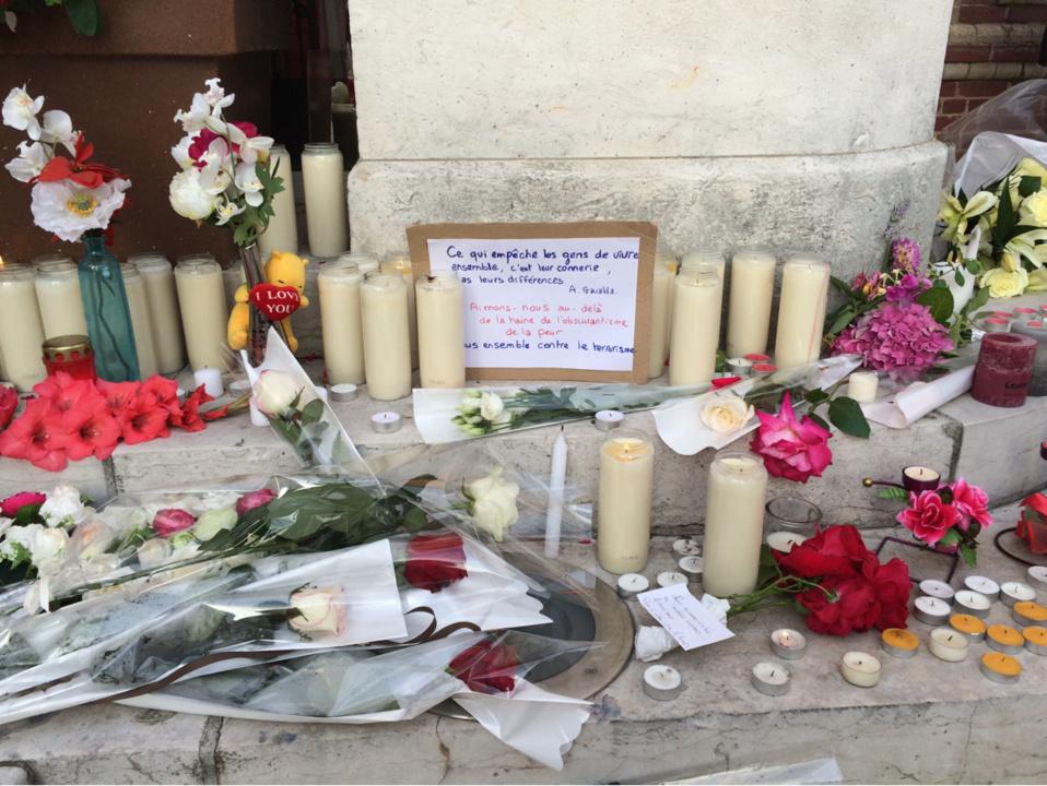 Des milliers de personnes sont venues se recueillir devant l'église de Saint-Etienne-du-Rouvray (Photo@P.T./infonormandie)