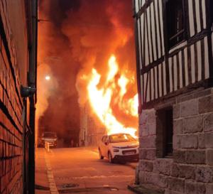 Un immeuble en feu ce jeudi soir rue Caron à Rouen : 28 sapeurs-pompiers sont sur place