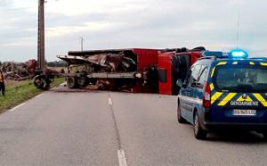 Le camion se couche et déverse son chargement de ferrailles : la D 834 coupée durant 5 heures entre Courbépine et Bernay