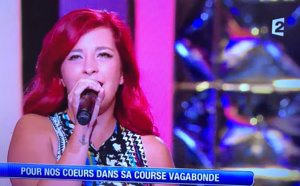 Cindy a interprété Retiens la nuit pour son père Jean-Pierre, fan de Johnny Hallyday (photos @ captures d'écran France 2)