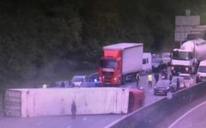 Un semi-remorque couché sur les voies après Chaufour, l'autoroute A13 coupée en direction de Paris