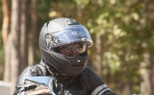 Roué de coups, il se fait voler sa moto à un feu rouge par quatre individus, à Juziers (Yvelines)