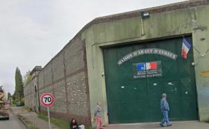 Ils s'apprêtaient à parachuter trois téléphones et une chicha par-dessus le mur de la prison d'Évreux