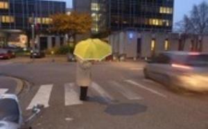 Sécurité routière : huit cents parapluies fluo distribués aux plus de 65 ans