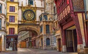 La rue du Gros Horloge à Rouen : un haut lieu touristique désespérément vide avec le confinement - Illustration © Adobe