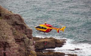 Deux personnes isolées par la marée secourues par Dragon76 au Trou à l'homme à Étretat
