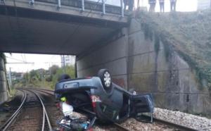 Une voiture tombe sur les voies SNCF à Saint-Aubin-lès-Elbeuf : le conducteur est blessé légèrement