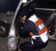 Un sac rempli d'herbe de cannabis découvert dans leur voiture par les douaniers