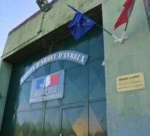 Evreux : ils s'apprêtaient à parachuter un saucisson et un téléphone par dessus le mur de la prison