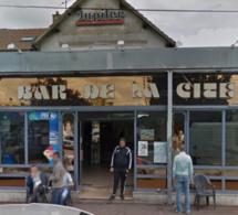 """Un bar de Saint-Étienne-du-Rouvray """"mitraillé"""" par deux individus en voiture : un blessé léger"""
