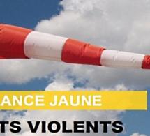 Des vents violents annoncés sur la Normandie : les recommandations sur terre et en mer