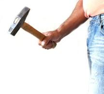 Épône (Yvelines) : il frappe sa compagne à coups de marteau puis tente de l'étouffer