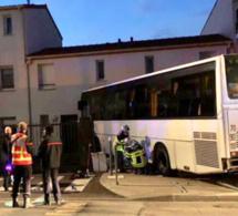 Yvelines : la conductrice confond l'accélérateur avec le frein, le bus éventre la façade d'une maison !