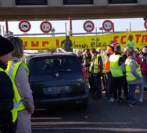 Gilets jaunes : les préfets de Seine-Maritime et de l'Eure demandent la levée des blocages pour la nuit