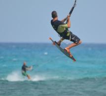 Fécamp : un bénévole de la SNSM blessé légèrement en portant assistance à deux kite-surfeurs