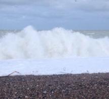 Rafales de vent et mer très forte sur la façade maritime de la Normandie : appel à la prudence