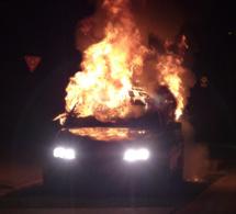 Saint-Etienne-du-Rouvray : ils brûlent la voiture après l'avoir encastrée dans le portail d'une maison