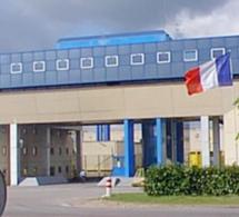 Deux surveillants blessés par un détenu armé d'un couteau artisanal à la prison de Val-de-Reuil