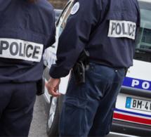 Dans les sacs des jeunes filles, les policiers ont découvert les marchandises volées un peu plus tôt dans deux boutiques - Illustration