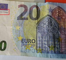 """Deux annotations permettent de déceler le faux billet : la mention """"movie money"""" sous le drapeau européen et l'inscription en anglais (à la verticale) : This is not legal, it is to be used for motion props  - Illustration"""