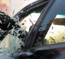 Dans les deux cas, les voleurs ont brisé une vitre du véhicule pour fouiller a l'intérieur - illustration