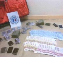 Sa valise à roulettes rouge contenait 2,8 kg de résine de cannabis