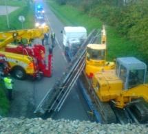 La rambarde du pont SNCF arrachée par le bras mal replié d'une pelleteuse