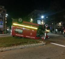 A Rouen, l'ambulance des pompiers termine son intervention sur le toit