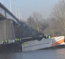 Pont de l'Arche : le 44 tonnes défonce le parapet du pont et fait un vol plané de 20 mètres