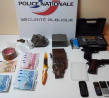 Rouen : Il avait chez lui 1,200 kg de cannabis, deux armes de poing et deux couteaux