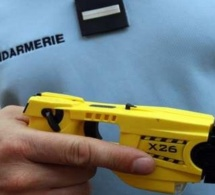 Pour le calmer, les gendarmes font usage de leur pistolet à impulsion électrique