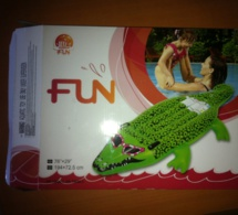 """Près de 14 000 crocodiles gonflables """"dangereux"""" saisis par la douane à Roissy"""