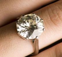 Yvelines : les faux policiers étranglent la vieille dame et coupent le diamant qu'elle porte à un doigt