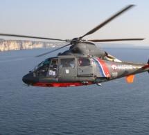 L'hélicoptère de la Marine nationale en démonstration d'hélitreuillage près de Dieppe