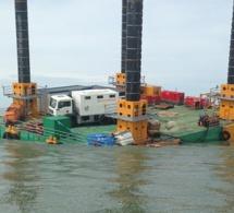 Une barge manque de chavirer devant le port de Calais : cinq personnes secourues