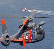 Évacuation par l'hélicoptère de la Marine d'un marin souffrant au large de Cherbourg